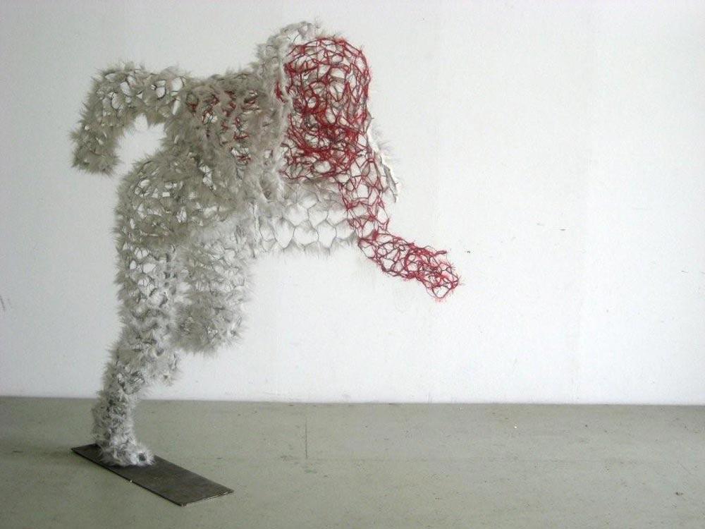 Uit je schulp,2008, hxbxd=150x60x120 cm, gaas, kunstbont, draad