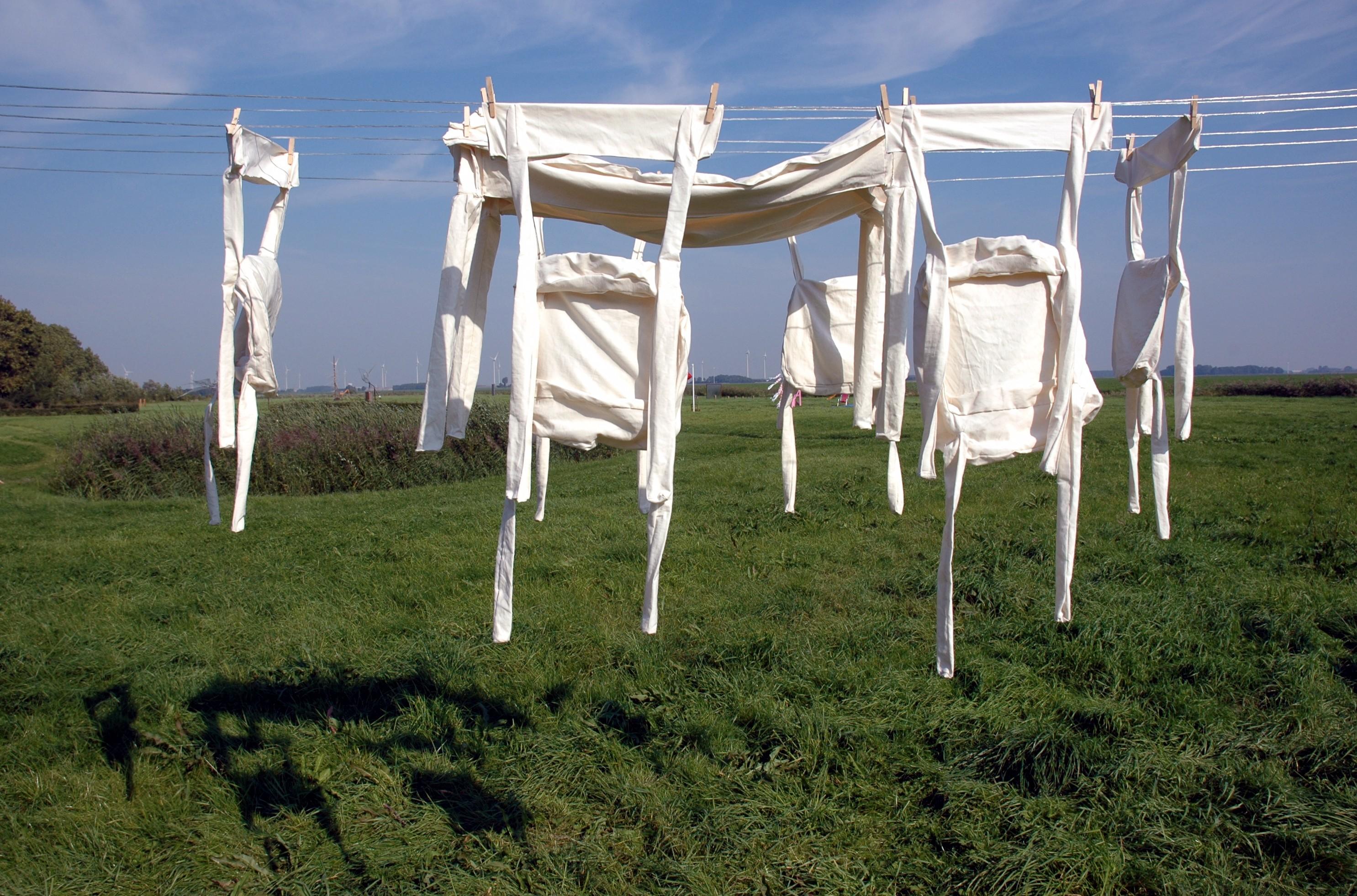 Nieuwolda,2006, stoffen stoelen en een tafel aan de waslijn, de Leegte