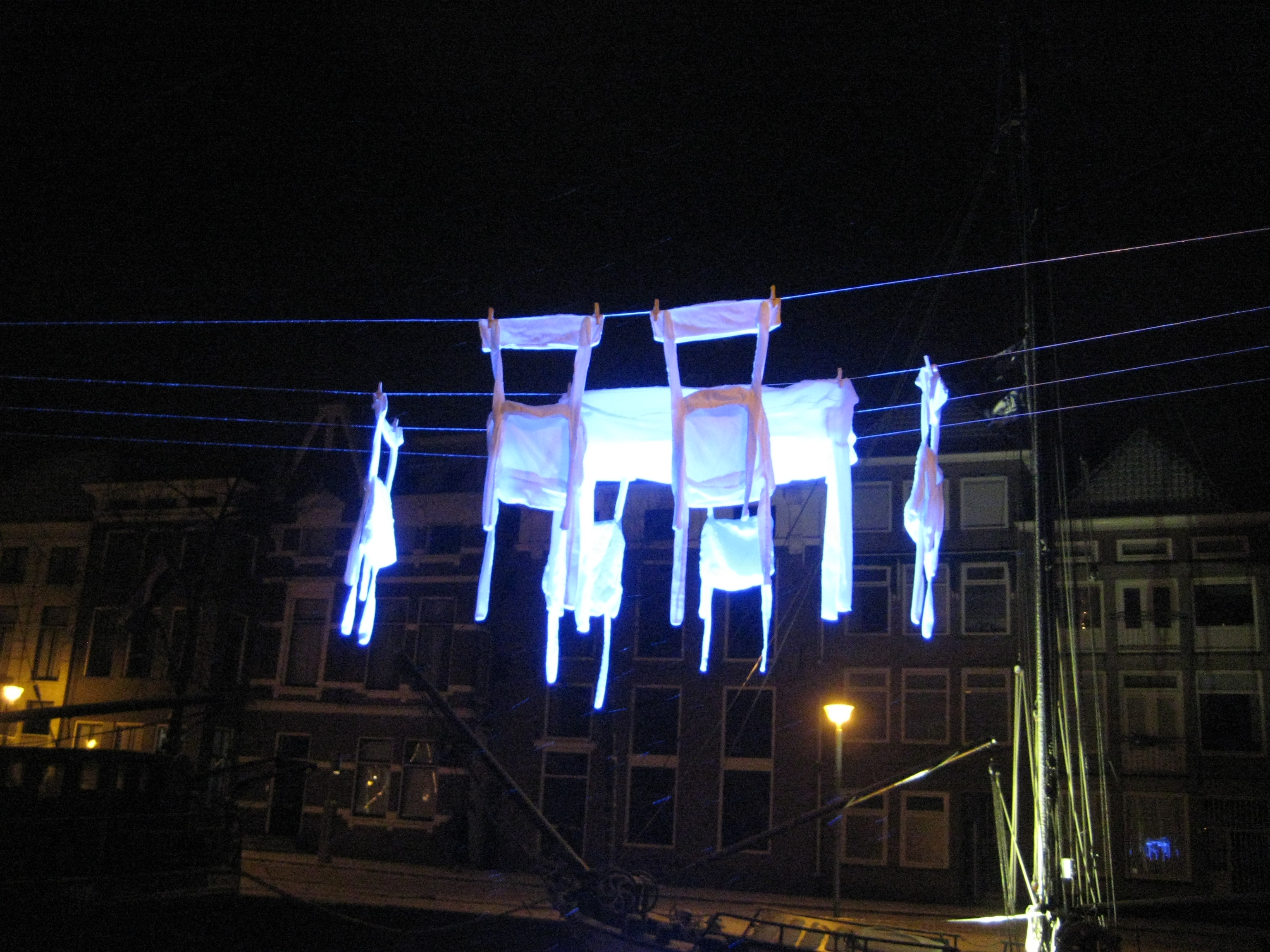 Groningen, 2010, stoffen stoelen en een tafel aan de waslijn, Winterwelvaart